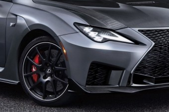 Szénszálas fékeket kap a legsportosabb Lexus