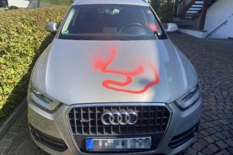 Hétéves kis vandál fújta le festékkel a szomszédság autóit