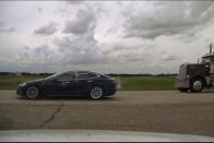 Elképesztő, mit művel vezetés helyett a Tesla-sofőr 1