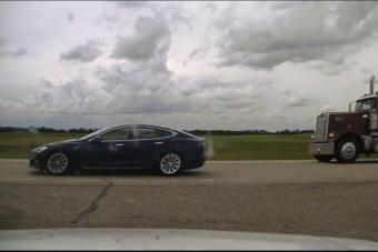 140 km/óránál aludt a Tesla sofőrje, a rendőrök büntették érte