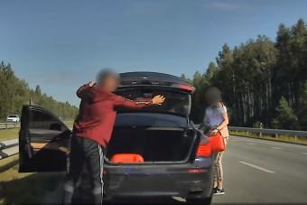 Autópályán álltak meg kannából tankolni a BMW-t, aztán jött a rendőr