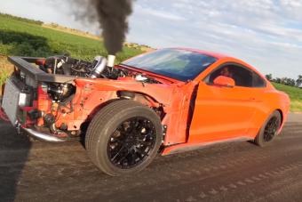 Igazi röfögős, kotyogós, füstös dízelt faragtak egy Ford Mustangból