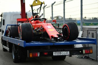 F1: Ezért vágta falnak a Ferrarit Vettel az időmérőn