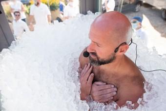 200 kiló jéggel hűtötte le magát ez a férfi