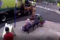 Sietett a buszhoz a néni, az autós és a buszos nagyot hibázott 1
