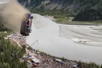 Autókat szakadékba lökve ünnepeltek Alaszkában