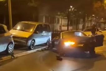 13 parkoló autónak ütközött egy Audi R8, ami végül kettészakadt