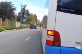 Sürgős volt az autósnak, majdnem elsodort egy sor gyalogost