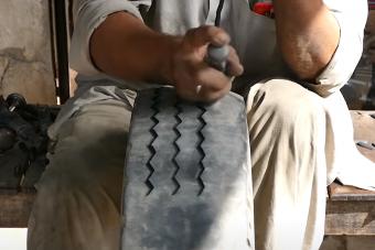 Így újítanak fel egy kopaszra kopott gumit a világ szegényebb tájain