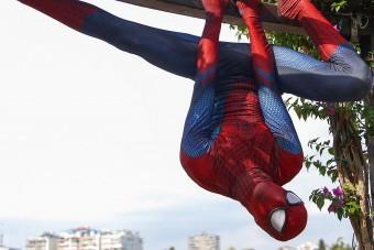 A plafonon mászkálva segít neked, mégsem Pókember