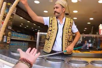 A török fagylaltárusok ezerszer átverik a vevőt, de mindenki élvezi az előadást
