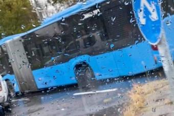 Kitört egy busz kereke, és eltalált egy autót Budán