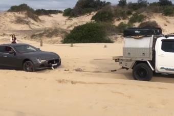 Mentés helyett tönkretették a homokba szorult Maseratit
