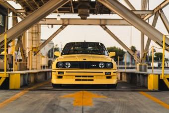 Jól áll a sorhatos motor a sárga E30 M3-nak