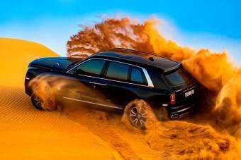 Nézz gyönyörű videót arról, ahogy a Rolls Royce SUV nyakig gázol a homokban