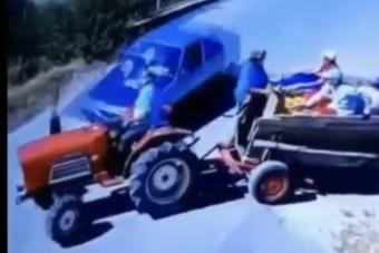 Kettészakadt a traktor, mégis szerencsésnek mondhatja magát ez a társaság