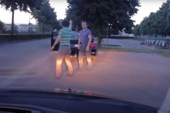 Hétköznapi közúti balhénak indult, aztán kinyílt a BMW csomagtartója