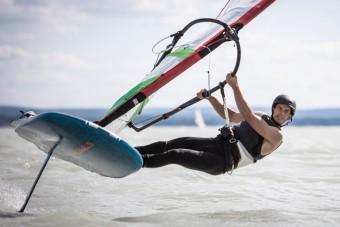 Eszelős rekordot állítottak fel egy szörffel a Balatonon