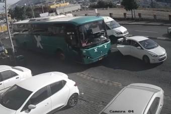Sietett a buszhoz a néni, az autós és a buszos nagyot hibázott