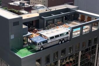 Egy busszal dobták fel a tetőteraszt a hotelben