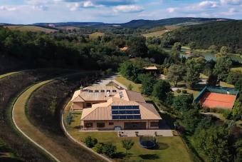 Így néz ki egy magyar luxusbirtok saját tóval és szigettel