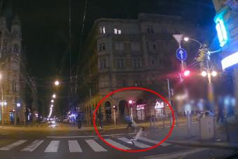 Óriásit esett a piroson áthajtó rolleres Budapesten