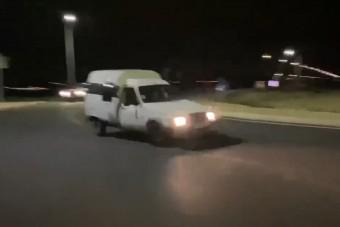Körforgalomban tette keresztbe a puttonyos kisteherautót, szerinted mi lett a vége?