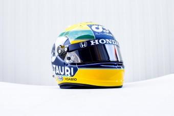 F1: Senna előtt tiszteleg sisakjával a futamgyőztes