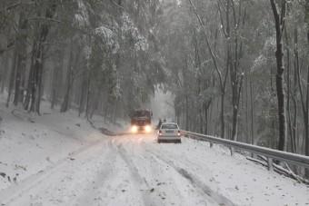 Így borította be az utakat a Mátrában az idény első havazása