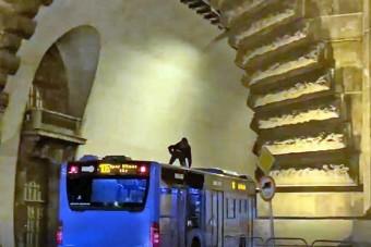 A 105-ös busz tetején utazott egy férfi, állva!