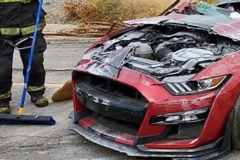 Gyakorlatozás közben vágtak darabokra a tűzoltók egy Ford Mustang Shelby GT500-ast