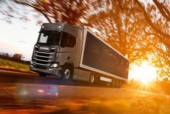Napelemes félpótkocsin dolgozik a Scania