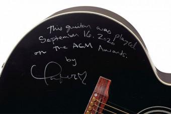 Taylor Swift gitárral segít a rászoruló zenészeken