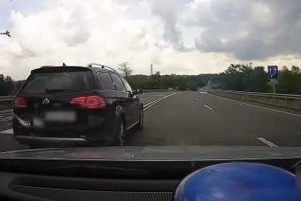 Dupla záróvonalnál előzött, pechjére egy rendőrautót