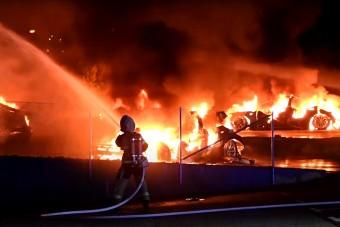 Felgyújtottak néhány Teslát a kereskedés előtt, videón a lángoló autók