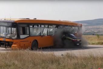 208 km/órával az autó úgy csapódott a buszba, mint egy lövedék a húsba