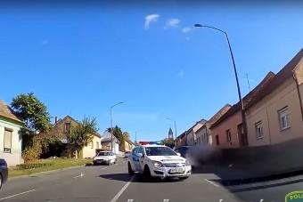 Filmbe illő autós üldözés volt Pécsett, több rendőrautó is összetört