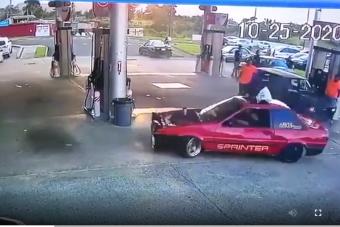 Egy őrült autós pörögni kezdett a benzinkúton, de nem ez a legmeglepőbb ezen a videón