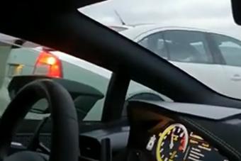 Meglepte a Škoda a padlógázon gyorsuló Lamborghinit