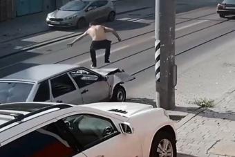 Oszlopnak ütközött, ugrált az autón, majd elhajtott