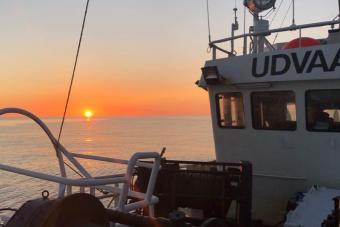 Így szórakoznak a zord vizeken egy norvég halászhajón