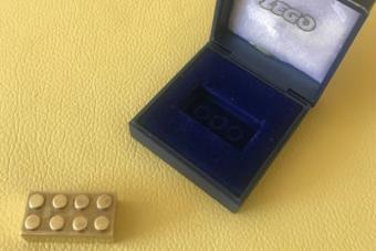 Ez az apró, egyszerű kocka a világ legdrágább Legója