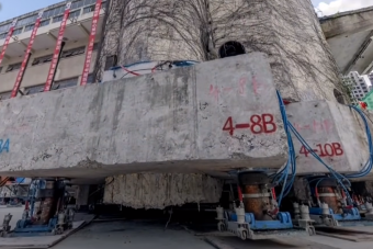 Szó szerint elsétált egy hatalmas épület Kínában