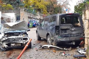 Rohamot kapott egy autós Budán, két autót csúnyán letarolt
