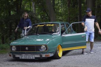 Ez a magyar faros Škoda már csak 1,5 centiméterre ül az aszfalttól