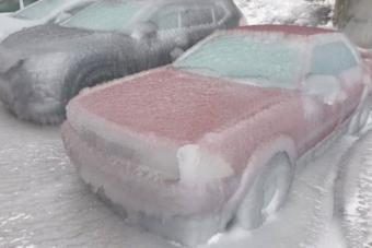 Ítéletidő Oroszországban: több centis jégpáncél az autókon, összeomlott közlekedés