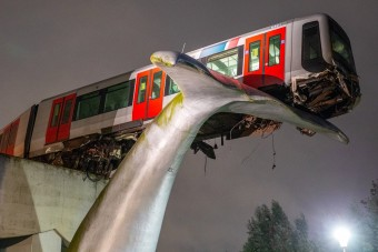 Áttörte a végállomást a metró, egy 10 méter magas szobor mentette meg