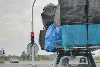 A kis Fiat tetejére olyan csomagot pattintottak, hogy alig hisszük el