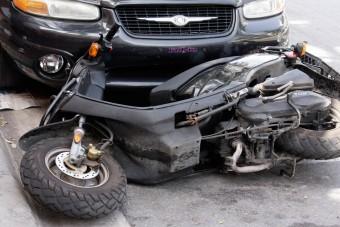 Szájkarate után nekiment a motorosnak az autós