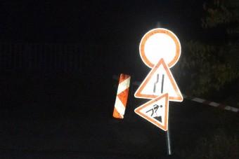 Kézműves KRESZ-tábla nehezíti az autósok életét